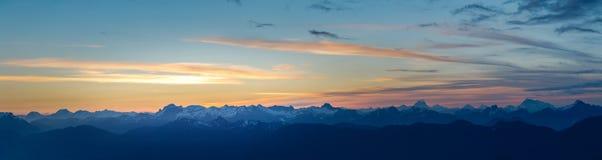 Alba sopra panorama delle montagne Fotografia Stock