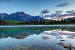Alba sopra Patricia Lake in Jasper National Park in Alberta immagine stock libera da diritti
