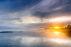 Alba sopra un fiume selvaggio nebbioso Fotografie Stock