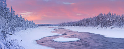 Alba sopra un fiume in un paesaggio di inverno, Lapponia finlandese Fotografie Stock Libere da Diritti