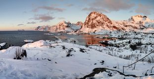 Alba in Sorvagen su Lofoten, Norvegia immagini stock