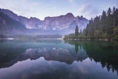 Alba spettacolare e bella sopra Lake Laghi di Fusine Fotografia Stock