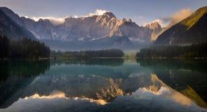 Alba spettacolare e bella sopra Lake Laghi di Fusine Immagine Stock Libera da Diritti