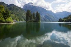 Alba spettacolare e bella sopra Lake Laghi di Fusine Immagini Stock Libere da Diritti
