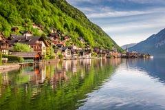 Alba strabiliante nel lago Hallstattersee in Hallstatt, alpi, Austria, Europa Immagini Stock