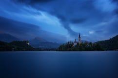 Alba stupefacente della molla sul lago, sull'isola, sulla chiesa e sul castello Bled con lo Stol della catena montuosa, Vrtaca, B Fotografie Stock Libere da Diritti