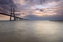 Alba stupefacente in Vasco da Gama Bridge Fotografia Stock Libera da Diritti