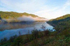 Alba su un lago della montagna Fotografia Stock