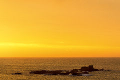 Alba su un oceano dorato Immagini Stock Libere da Diritti