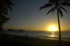 Alba su una spiaggia tropicale Immagine Stock Libera da Diritti