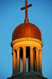 Alba su uno steeple della chiesa Immagini Stock