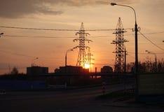 Alba sui precedenti delle torri elettriche di palazzo multipiano Gli aumenti del sole Cielo rosso Primo mattino La Russia immagini stock