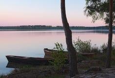 Alba sul lago e su due barche sulla riva (ozero di Pisochne, Fotografia Stock