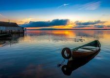 Alba sul lago Seliger con una vecchia barca nella priorità alta Fotografie Stock