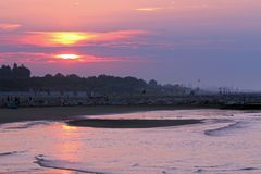 Alba sul mare con il grande Sun variopinto e riflessioni su Oc Fotografie Stock Libere da Diritti