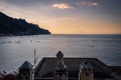 Alba sul mare di Maiori nella costa di Amalfi fotografia stock