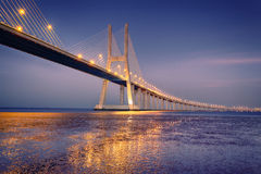 Alba sul ponte di Vasco da Gama fotografie stock libere da diritti