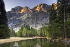 Alba sul punto del ghiacciaio dal fiume di Merced. Parco nazionale di Yosemite, California, U.S.A. immagini stock