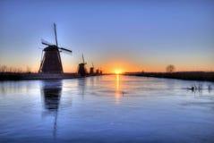 Alba sull'allineamento congelato dei mulini a vento Fotografia Stock Libera da Diritti