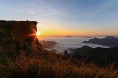 Alba sull'alta montagna nella mattina al 'CHI' FA, Tailandia di PHU Fotografie Stock Libere da Diritti