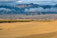Alba sulla duna di sabbia, sulle montagne e sulle nubi Immagini Stock Libere da Diritti