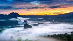 Alba sulla foschia di mattina a Phu Lang Ka, Phayao in Tailandia immagine stock