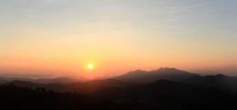 Alba sulla mattina con il cielo variopinto Immagini Stock Libere da Diritti