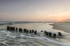 Alba sulla spiaggia con acqua vaga Fotografie Stock Libere da Diritti