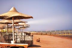 Alba sulla spiaggia vuota del mare Immagini Stock