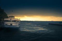 Alba sulla stazione della barca immagine stock