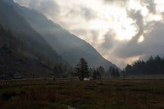 Alba sulle alpi Valle alpina ad alba Fotografie Stock Libere da Diritti