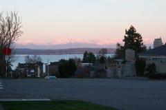 Alba sulle montagne olimpiche dalle vie di Seattle immagini stock libere da diritti