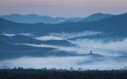 Alba in Tailandia del Nord con un paesaggio nebbioso e le colline immagini stock libere da diritti