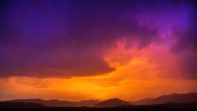 Alba tempestosa del cielo delle nuvole del ghiaccio e del fuoco immagini stock