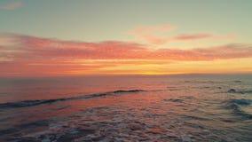 Alba tropicale sulla spiaggia Cloudscape e mare stock footage