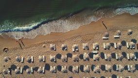 Alba tropicale sulla spiaggia Ombrelli, sabbia ed onde del mare archivi video