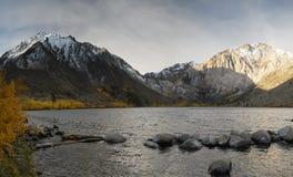 Alba in un lago della montagna Fotografia Stock
