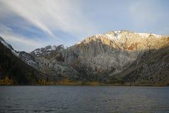 Alba in un lago della montagna Immagine Stock