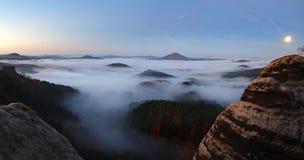 Alba in una bella montagna della Ceco-Sassonia Svizzera Immagine Stock Libera da Diritti