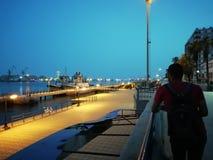 Alba in una certa città costiera immagini stock