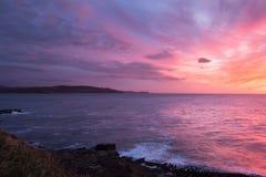 Alba variopinta alla riva dell'oceano Immagine Stock Libera da Diritti