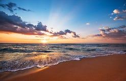Alba variopinta della spiaggia dell'oceano immagini stock libere da diritti