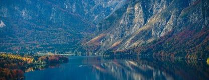 Alba variopinta di autunno sul lago Bohinj Immagini Stock Libere da Diritti