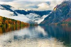 Alba variopinta di autunno sul lago Bohinj nel parco nazionale Slovenia, alpi, Europa di Triglav Fotografia Stock Libera da Diritti