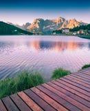 Alba variopinta di estate sul lago Misurina Immagine Stock
