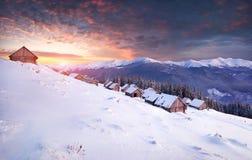 Alba variopinta di inverno in montagne Immagine Stock