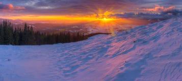 Alba variopinta maestosa in montagne con le nuvole colorate e la p Fotografia Stock Libera da Diritti