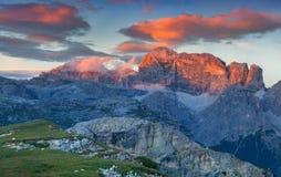 Alba variopinta nelle alpi dell'Italia, Tre Cime Di Lavaredo, Dol di estate Fotografia Stock