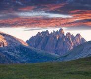 Alba variopinta nelle alpi dell'Italia, Tre Cime Di Lavaredo, Dol di estate Immagini Stock Libere da Diritti