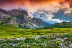 Alba variopinta nelle alpi dell'Italia, Tre Cime Di Lavaredo, Dol di estate Fotografie Stock Libere da Diritti